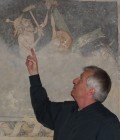 Manfred Ullemeyer erläutert in der Katharinenkapelle Fresken.