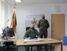 20200914_Inspekteur trägt sich in das Gästebuch des Bataillons ein_008