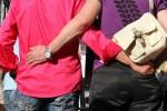 Zwei homosexuelle Männer Arm in Arm