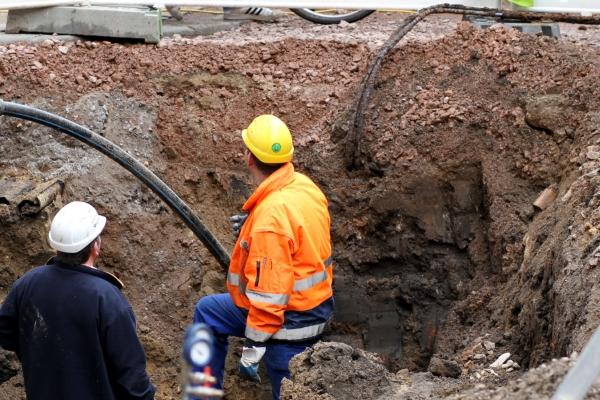 Arbeiter verlegt ein Kabel