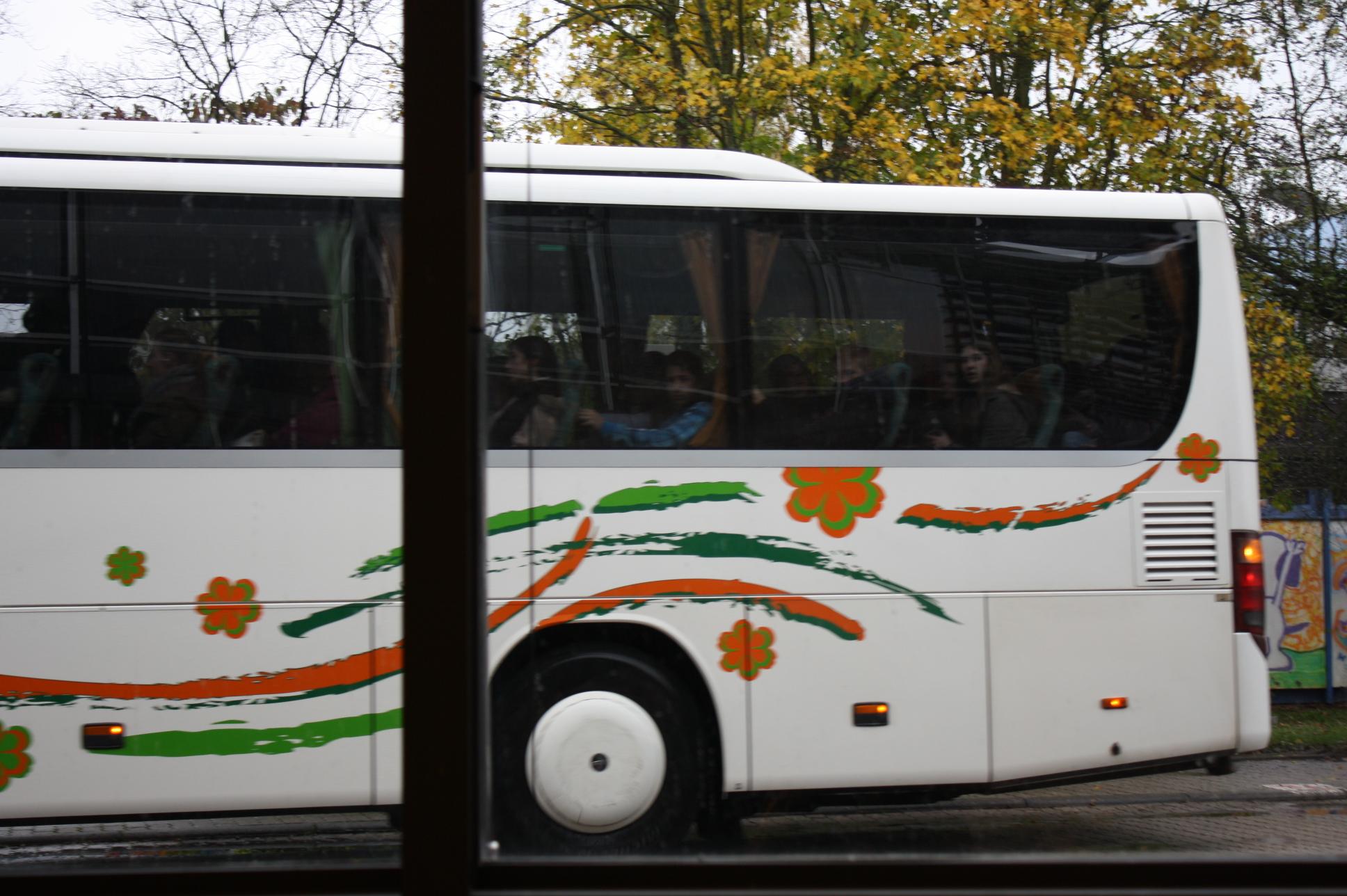 Schulbus mit Schülern