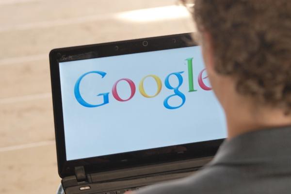 Junger Mann sucht auf Google