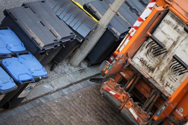 Müllwagen und Mülltonnen