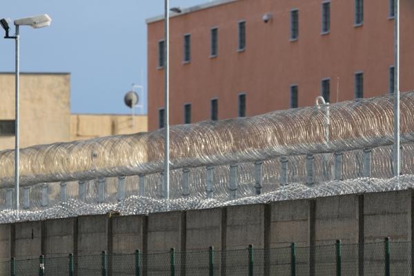 Gefängnismauer mit Stacheldraht