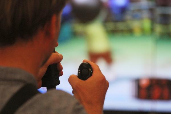 Spieler an einer Konsole spielt ein Videospiel.