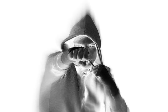 Jugendlicher mit Kapuze schlägt mit der Faust zu