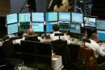 Börsenmakler vor Computerbildschirmen beobachten die Aktienkurse