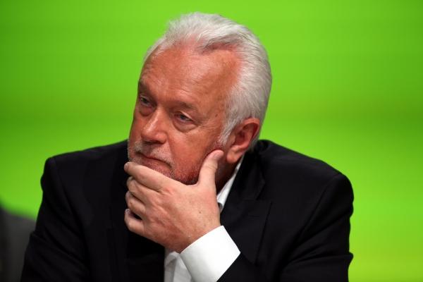 Politiker Wolfgang Kubicki in nachdenklicher Pose