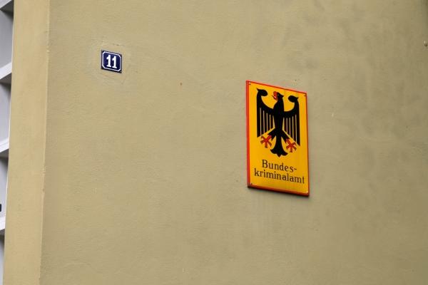 Schild Bundeskriminalamt an einer Wand