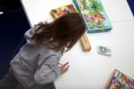 Kleines Mädchen in der Grundschule beim Malen