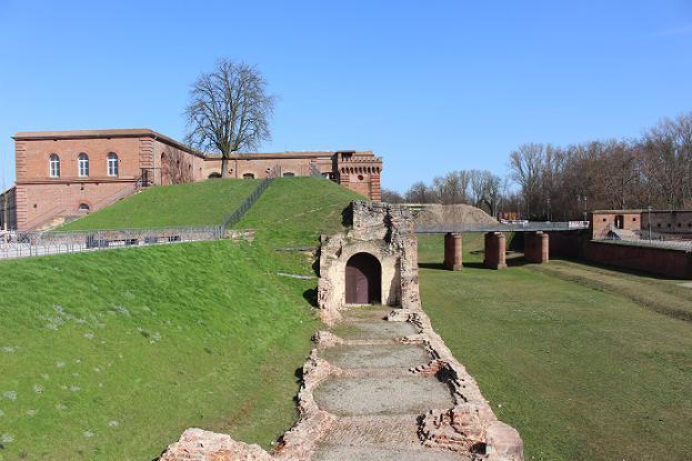 Blick über die Festungsmauer im Park an Fronte Lamotte in Germersheim