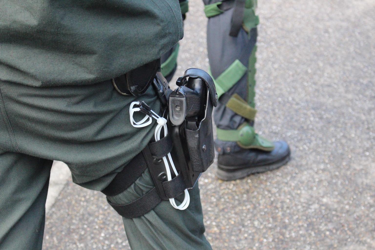 Polizeibeamter mit Schusswaffe