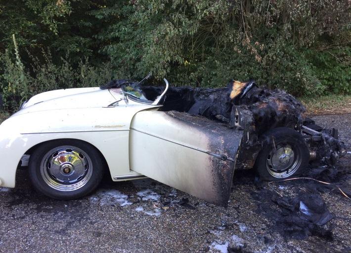 verbrannter Porsche am Straßenrand