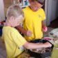 Zwei Kinder beim Gipsen