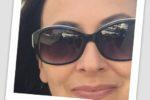 Frau mit dunkler Sonnenbrille