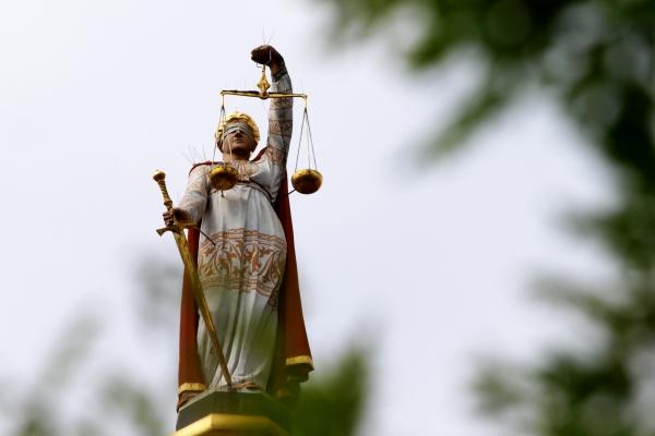 Justitia-Figur mit Waage