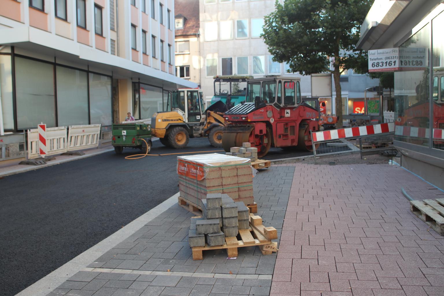 Großbaustelle in der Pirmasenser Bahnhofstraße: Arbeiten liegen voll ...