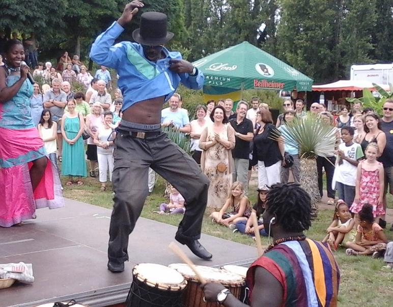 Afrikanische Tänzer und Trommler vor Publikum in der Straußenfarm Mhou in Rülzheim.