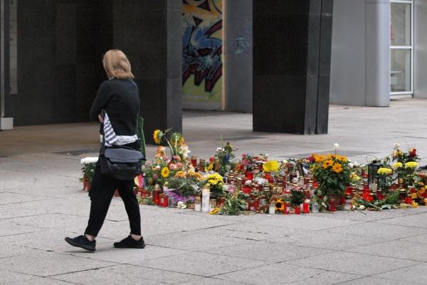 Blumen und Kerzen für für Daniel H. an der Stelle, an der er erstochen wurde.