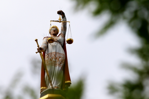 Justicia mit Waage