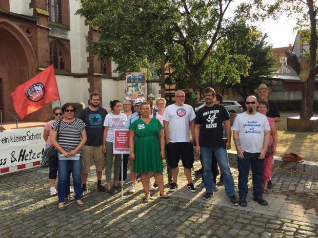 Teilnehmer einer Kundgebung gegen rechts bei der St. Georgskirche in Kandel