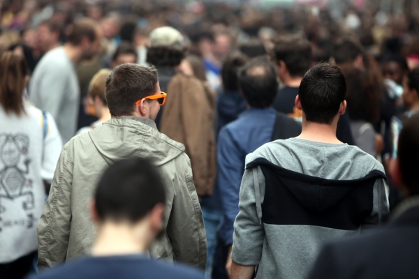 Jugendliche in einer Menschenmenge