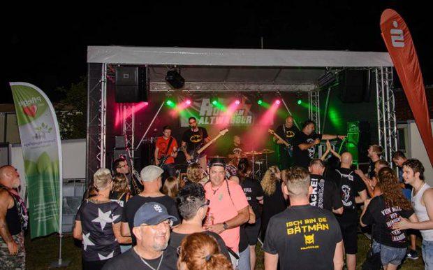 Bühne und tanzende Menschen