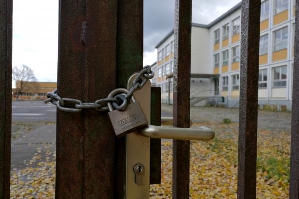 verschlossenes Schulhoftor