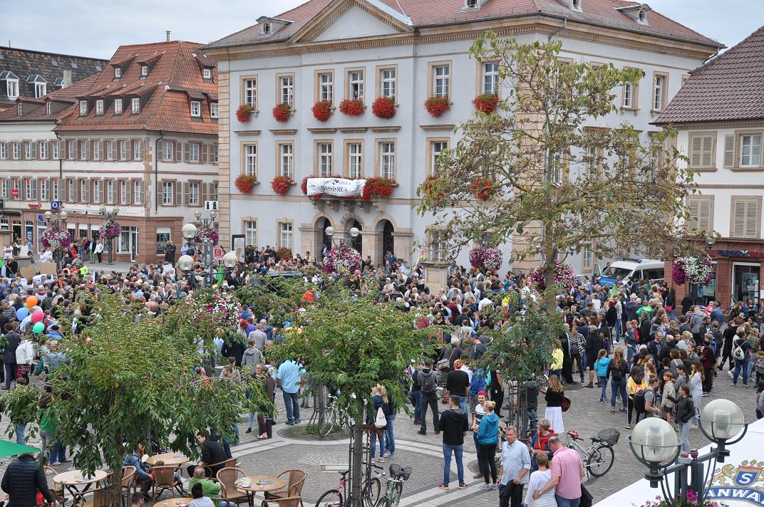 Demonstration gegen Rechts auf den Landauer Rathausplatz