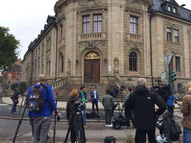 Pressevertreter vor dem Landericht Landau