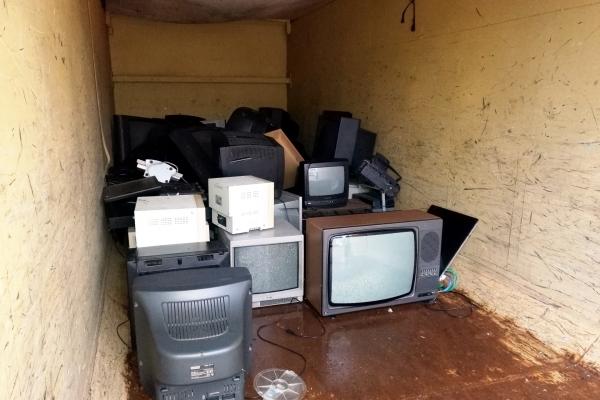 Kaputte Fernseher in einem Container