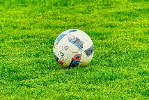 Fußball liegt auf dem Spielfeld.