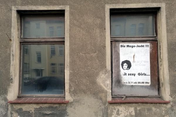 Plakate an leerstehendem Haus