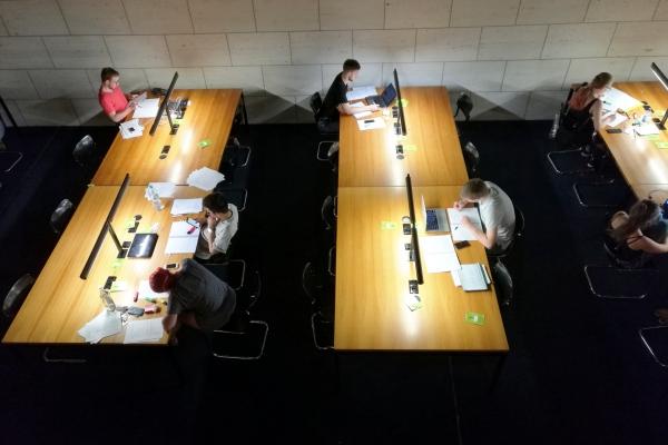 Studenten in einer Bibliothek