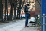 Mann mit Wasserflaschen und Mundschutz