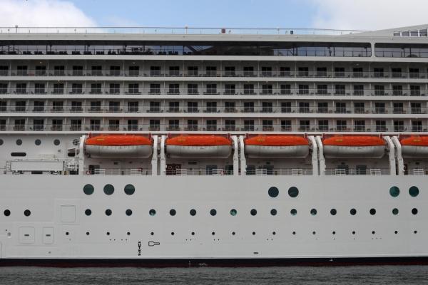 Kreuzfahrtschiff mit Rettungsbooten