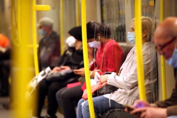 Fahrgäste mit Mund-Nasen-Schutz