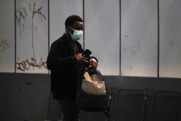 Mann mit Mund-Nasen-Schutz