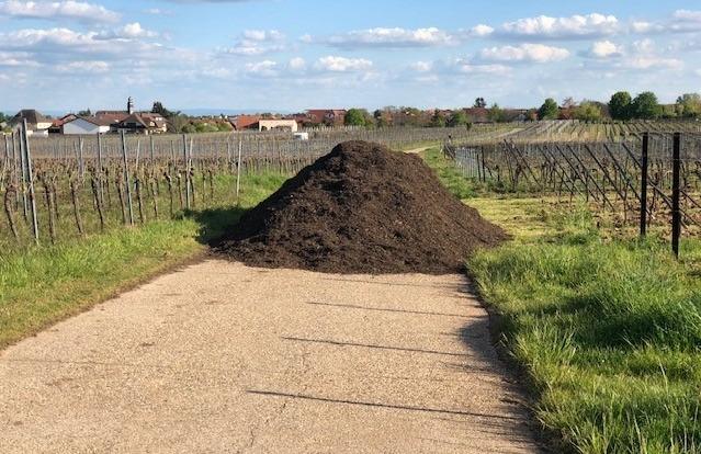 Komposthaufen auf einem Weg in Weinbergen