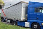 Blauer Lastwagen mit gebrochenem Rahmen